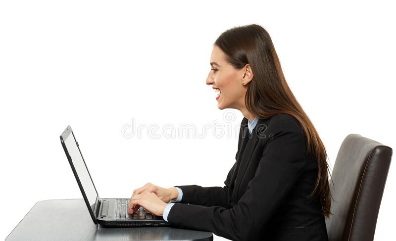 Geamuseerde het bedrijfsvrouw lachen lezing op laptop royalty-vrije stock afbeeldingen
