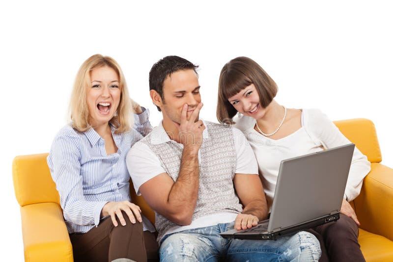 Geamuseerde jonge mensen met laptop computer royalty-vrije stock foto's