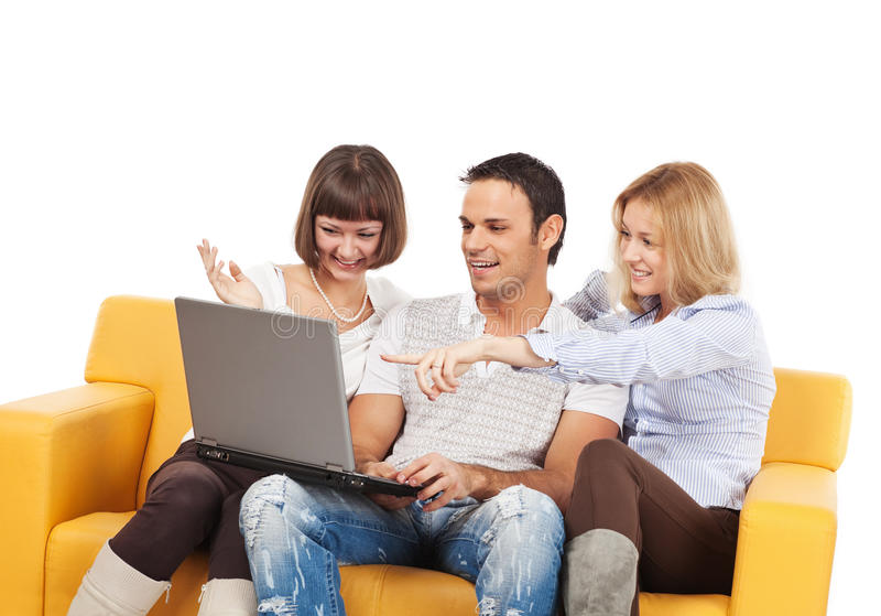 Geamuseerde jonge mensen met laptop computer stock afbeelding
