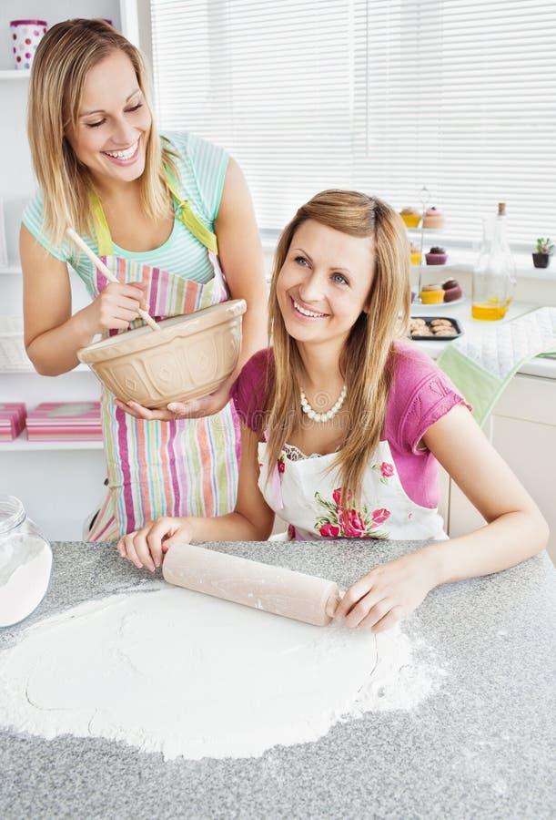 Geanimeerde vrouwelijke vrienden die samen bakken stock foto's