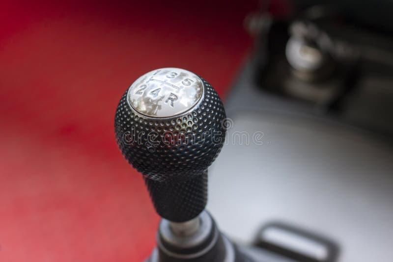 Gearbox dźwignia w ręcznego przekazu samochodzie fotografia stock