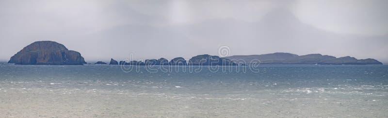 Gearren en fladaigh eiland in Little Minch tussen Skye en Lewis, Harris - Buitenhebrides, Schotland royalty-vrije stock foto