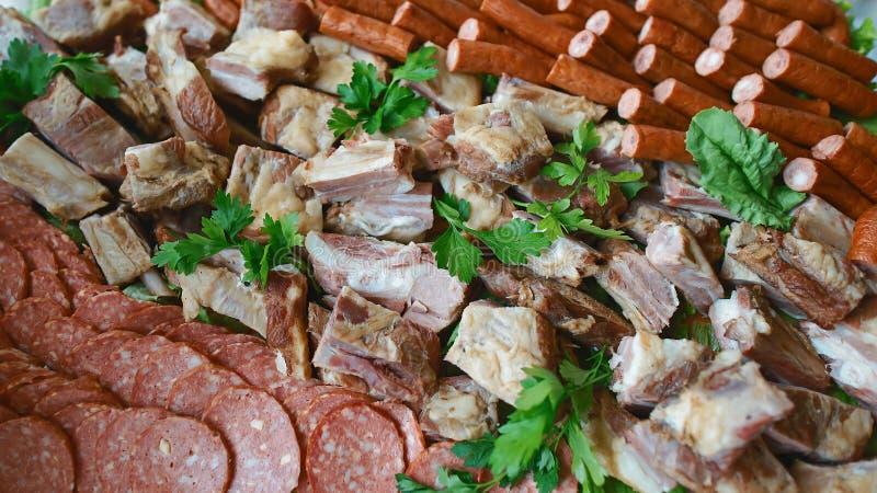 Geassorteerd Delicatessenwinkel Koud Vlees op een plaat Selectieve nadruk Cateringsconcept Authentiek Levensstijlbeeld royalty-vrije stock afbeelding