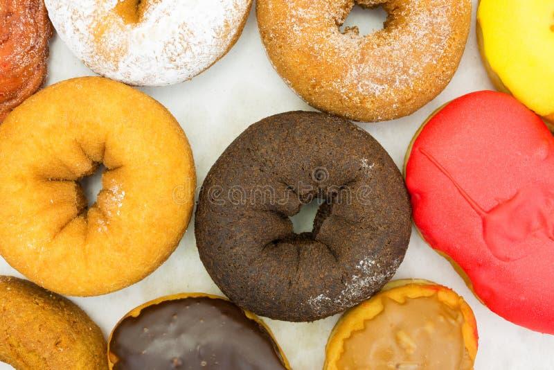 Geassorteerd donuts in doos hoogste dichte mening stock foto