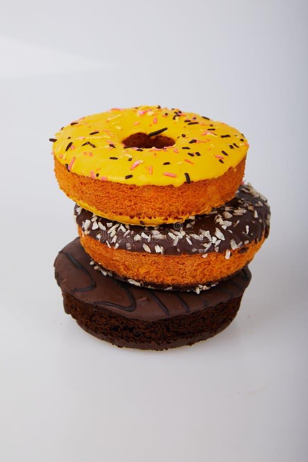 Geassorteerd donuts met berijpte chocolade, gele verglaasd en bestrooit donuts stock foto's