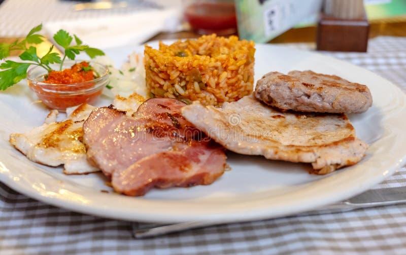 Geassorteerd gebraden vlees (kip, lam, rundvlees) en gebraden die rijst, bij restaurant wordt gediend royalty-vrije stock fotografie