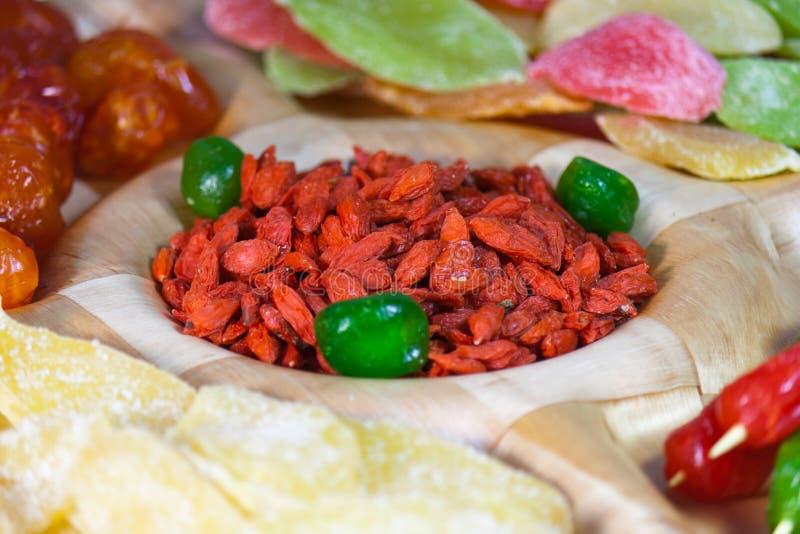Geassorteerd gedroogd fruit op een schotel voor een partij stock foto