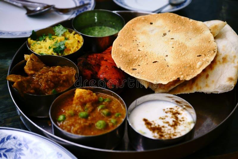 Geassorteerd Indisch die voedsel in dienblad, tandurikip, naan brood, yoghurt, traditionele kerrie, roti wordt geplaatst royalty-vrije stock afbeeldingen