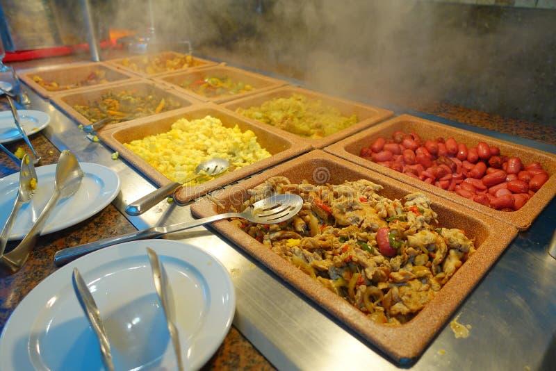 Geassorteerd van heerlijk voedsel binnen van plastic dienbladen diende bij traditioneel Mayan restaurant, Playa del Carmen, Mexic royalty-vrije stock fotografie
