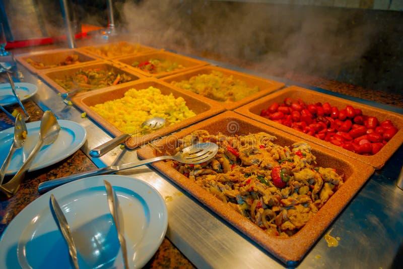 Geassorteerd van heerlijk voedsel binnen van plastic dienbladen diende bij traditioneel Mayan restaurant, Playa del Carmen, Mexic royalty-vrije stock afbeelding