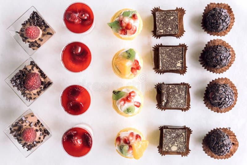 Geassorteerd van minichocoladecakes stock afbeelding