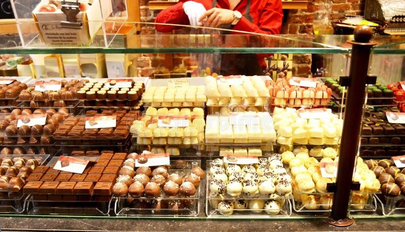 Geassorteerde Belgische chocolade op vertoning stock foto