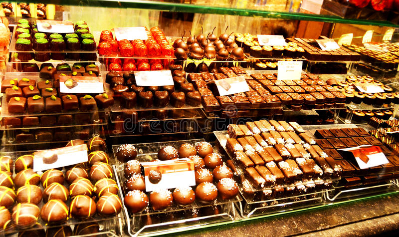 Geassorteerde Belgische chocolade op vertoning stock fotografie