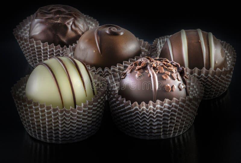 Geassorteerde Belgische chocoladepraline op een donkere achtergrond royalty-vrije stock foto