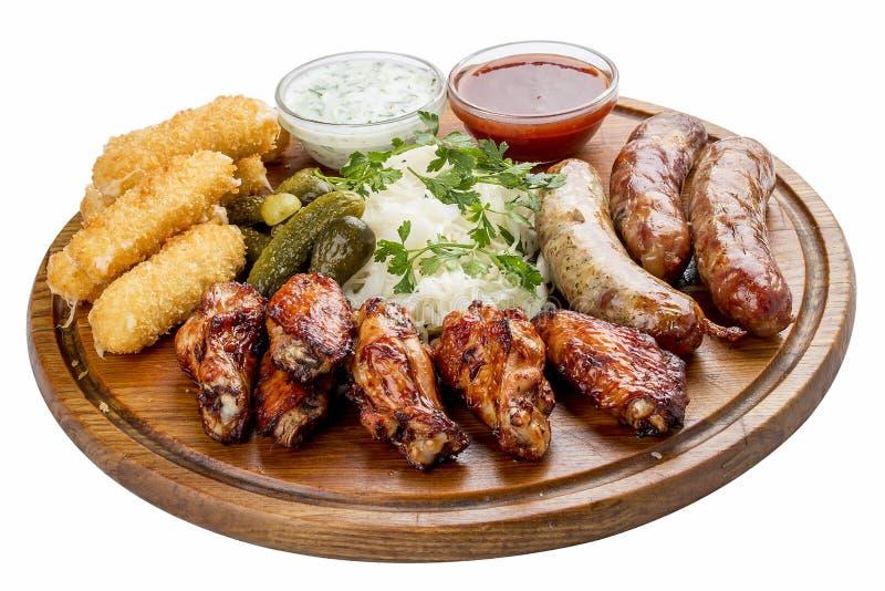 Geassorteerde biersnacks De kaasstokken, ingelegde komkommers, roosterden worsten, zuurkool, kippenvleugels stock afbeelding