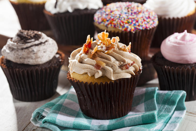 Geassorteerde Buitensporige Gastronomische Cupcakes met het Berijpen stock foto