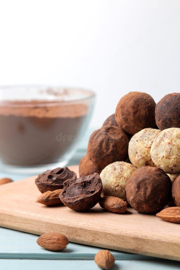 Geassorteerde chocolade Suikergoedballen van verschillende types van chocolade op een houten raad op een blauwe houten lijst aman royalty-vrije stock foto's