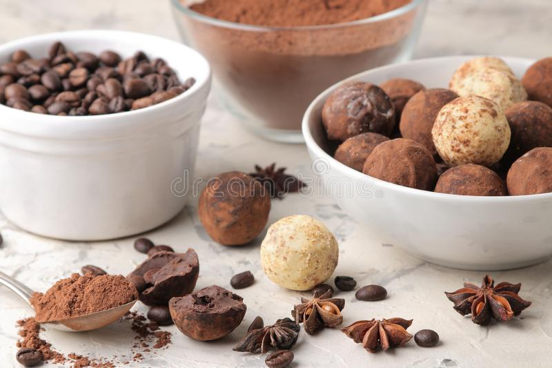 Geassorteerde chocolade Suikergoedballen van verschillende types van chocolade op een lichte concrete achtergrond cacao, steranij royalty-vrije stock fotografie