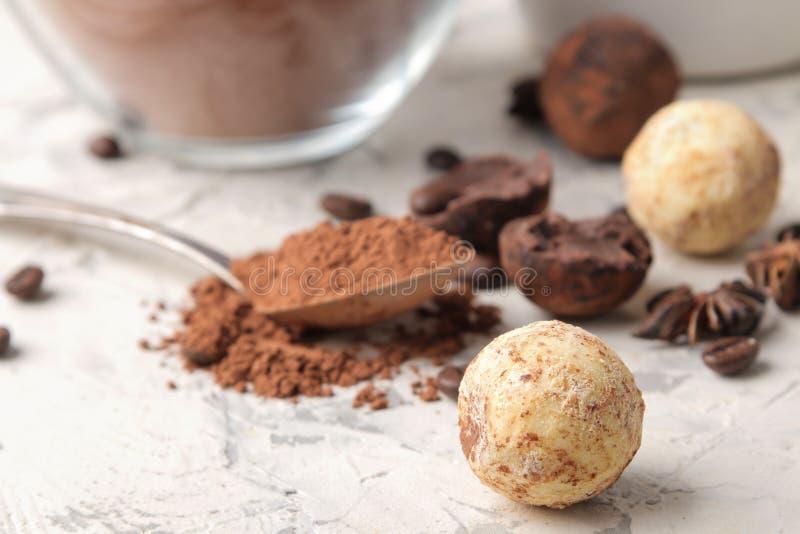 Geassorteerde chocolade Suikergoedballen van verschillende types van chocolade op een lichte concrete achtergrond cacao, steranij stock fotografie
