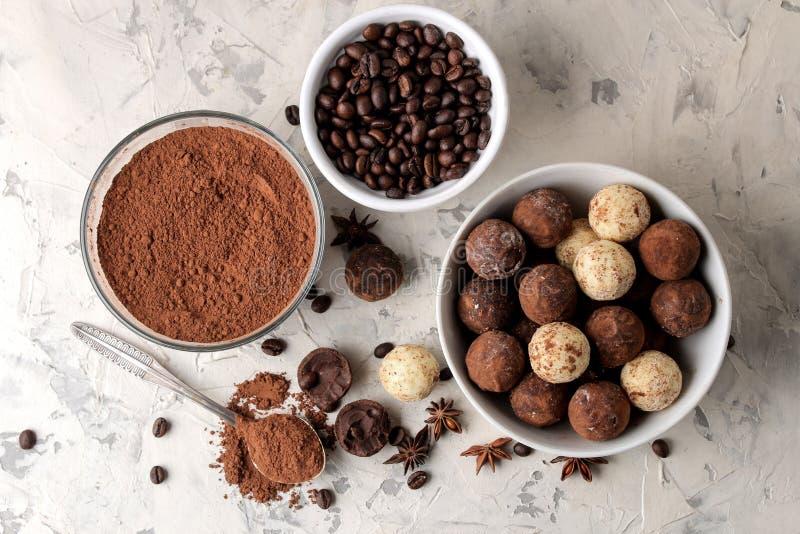 Geassorteerde chocolade Suikergoedballen van verschillende types van chocolade op een lichte concrete achtergrond cacao, steranij stock afbeeldingen