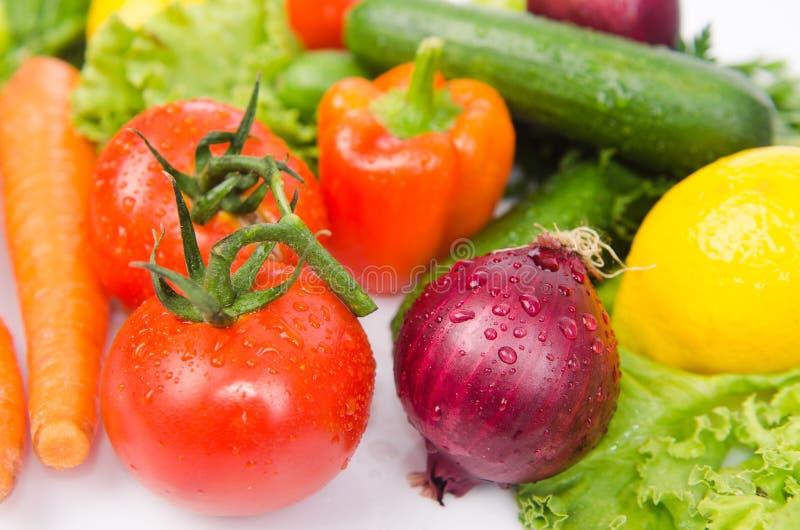 Geassorteerde die groenten op het wit worden geïsoleerd stock foto