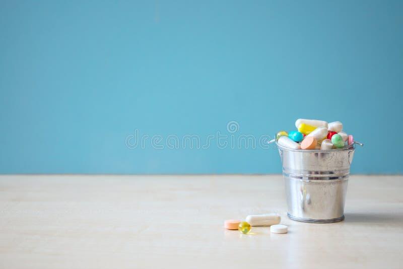 Geassorteerde farmaceutische geneeskundepillen, tabletten en capsules binnen stock foto's