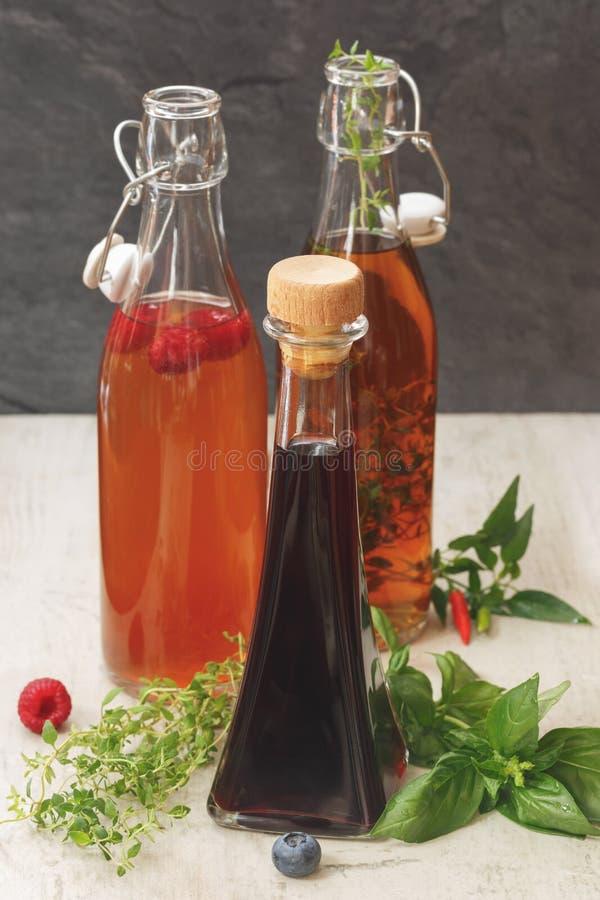 Geassorteerde flessen azijn royalty-vrije stock foto's