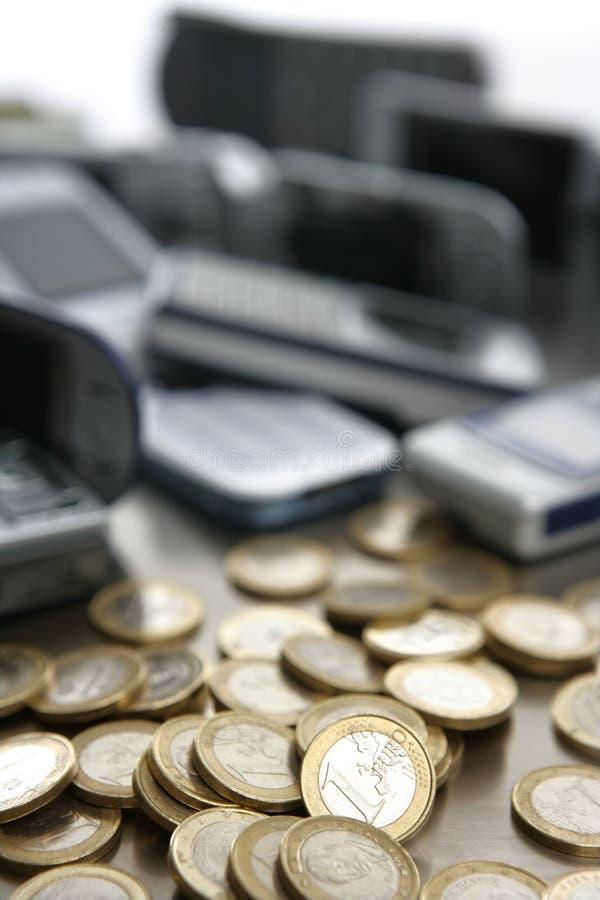 Geassorteerde gemengde mobiele telefoons met veel euro coi stock fotografie