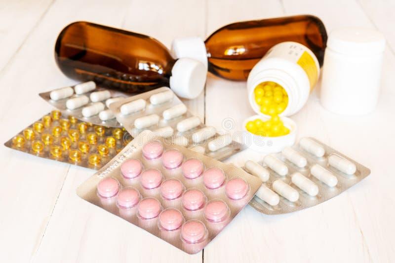 Download Geassorteerde Geneesmiddelen Op Houten Achtergrond Stock Afbeelding - Afbeelding bestaande uit geneeskunde, farmaceutisch: 114226797