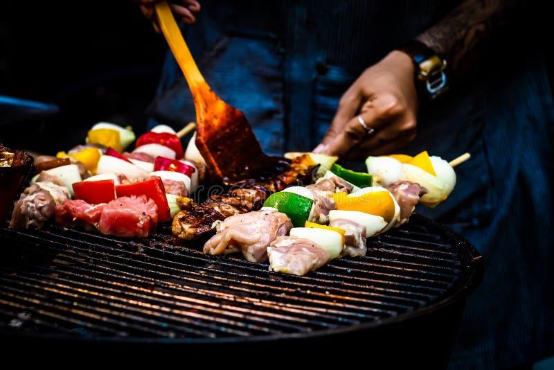 Geassorteerde heerlijke barbecue met vlees en groente op grill eenvoudig voedsel stock fotografie