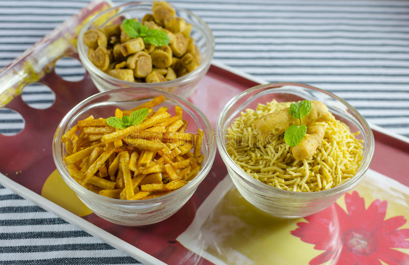 Geassorteerde Indische snacks op een rood dienblad royalty-vrije stock afbeelding