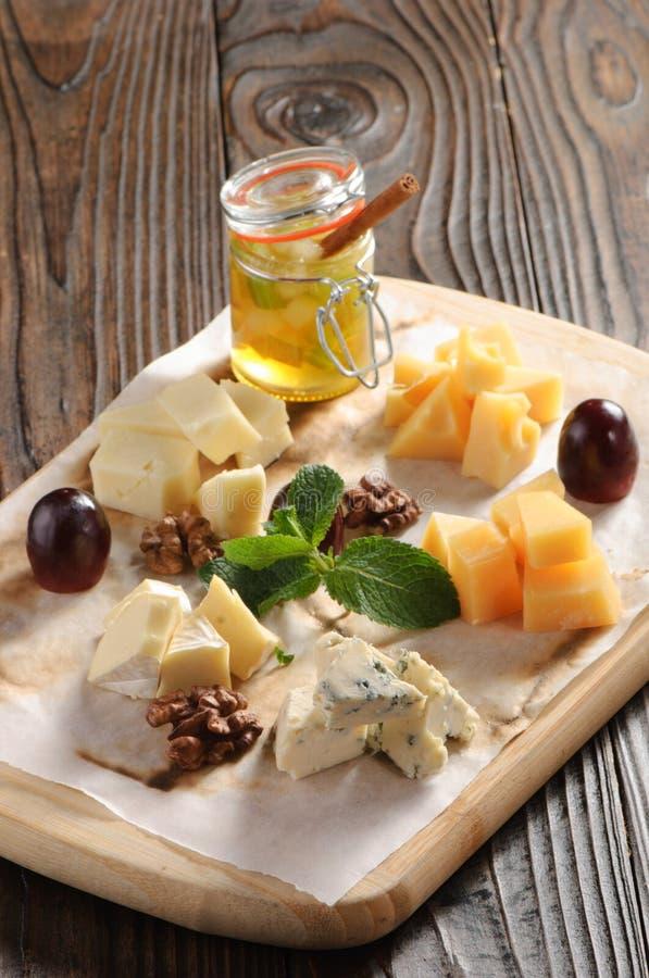 Geassorteerde kaas op een houten raad royalty-vrije stock afbeelding