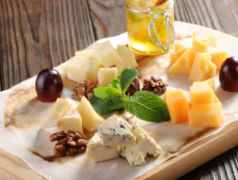 Geassorteerde kaas op een houten raad royalty-vrije stock afbeeldingen