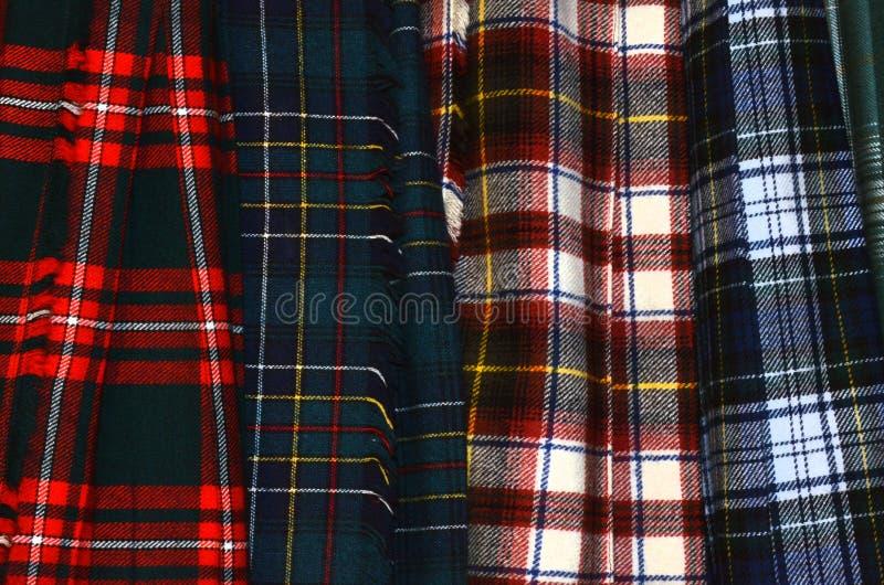 Geassorteerde kleurrijke hangende geruit Schots wollen stofkilten royalty-vrije stock fotografie
