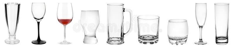 Geassorteerde lege transparante glasproducten die op wit worden geïsoleerd stock foto