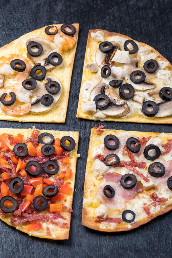 Geassorteerde pizzaplakken Margherita, pepperonis, vier kaaspizza Hoogste mening Verschillende types van pizza op geweven oud royalty-vrije stock afbeeldingen