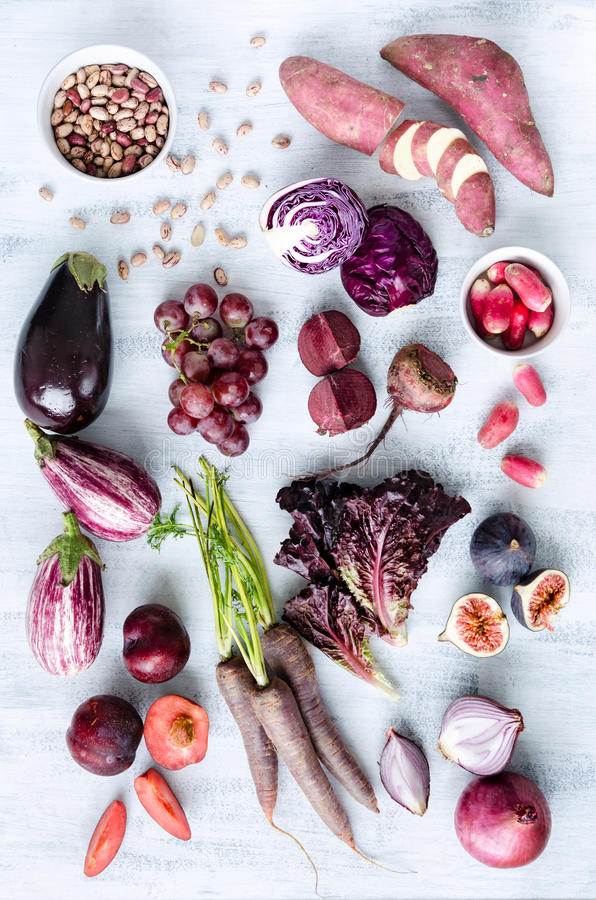 Geassorteerde purpere gestemde vruchten en groenten als inzameling royalty-vrije stock afbeeldingen