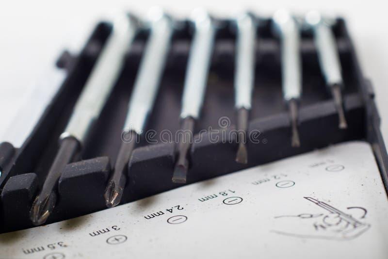 Geassorteerde schroevedraaiers die verschillende grootte tonen stock afbeelding