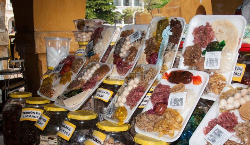Geassorteerde snoepjes bij de lokale markt in Cartagena, Colombia royalty-vrije stock fotografie