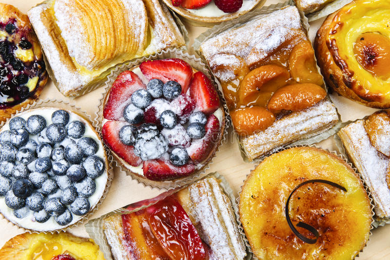 Geassorteerde taartjes en gebakjes stock afbeeldingen