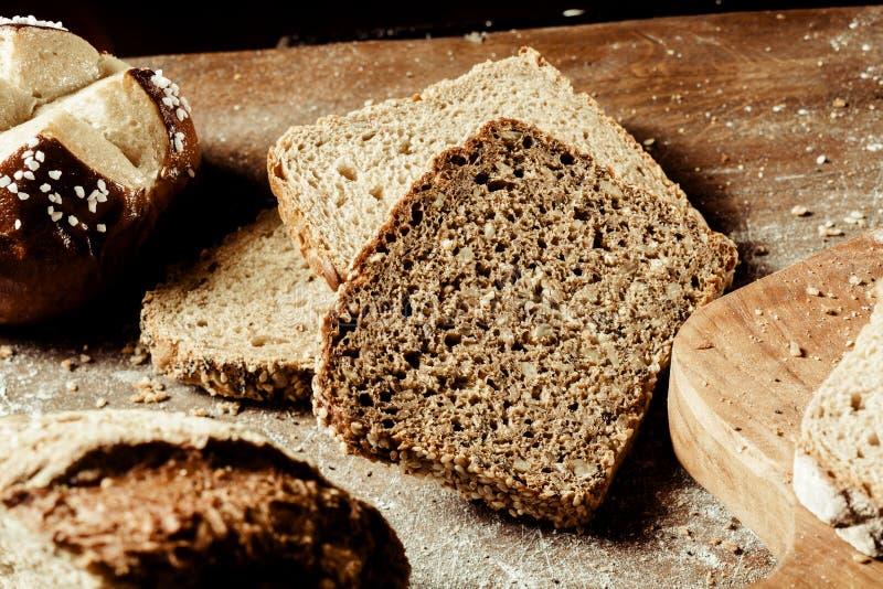 Geassorteerde types van brood op een houten raad royalty-vrije stock afbeelding