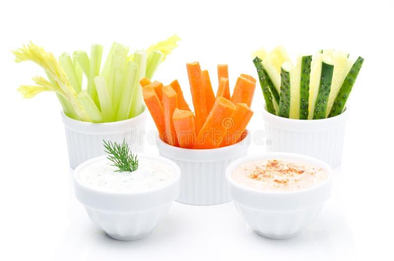Geassorteerde verse groenten en twee yoghurtsaus stock fotografie