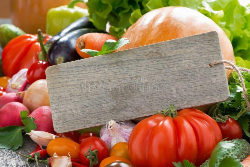 Geassorteerde verse seizoengebonden groenten en een houten naambord royalty-vrije stock afbeelding