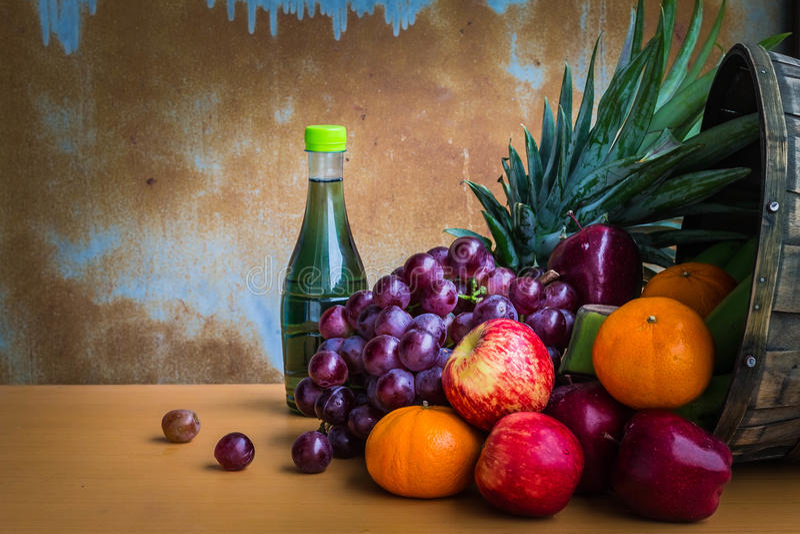 Geassorteerde verse vruchten van de tuin royalty-vrije stock foto's