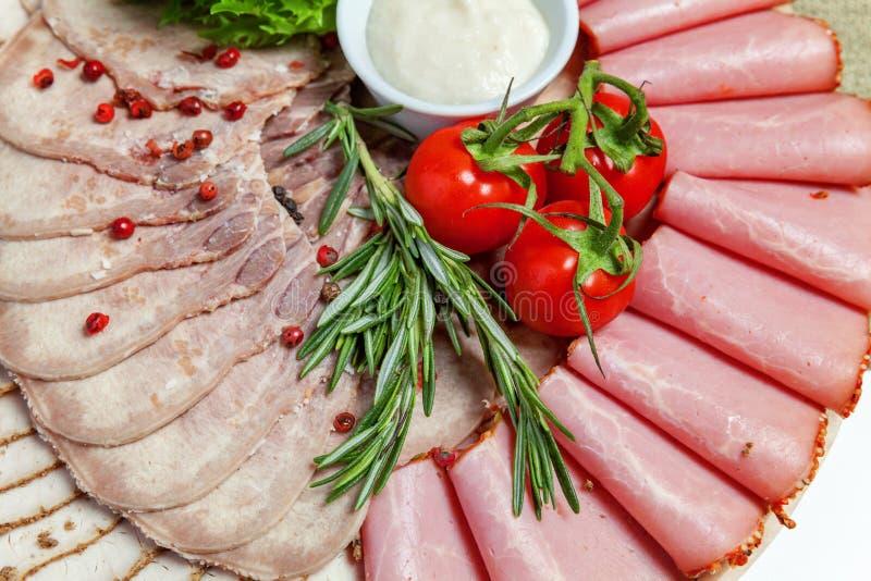 Geassorteerde vlees en hamdelicatessen stock afbeelding