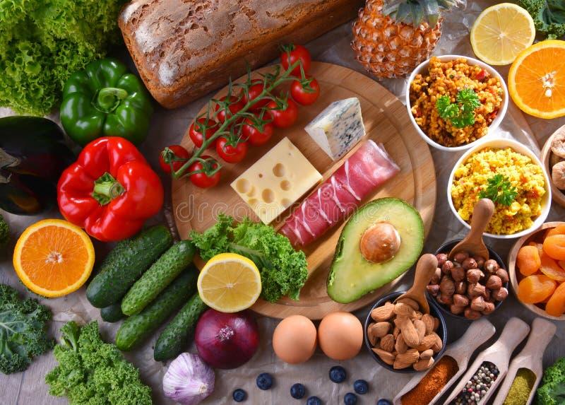 Geassorteerde voedingsmiddelen op keukenlijst royalty-vrije stock fotografie