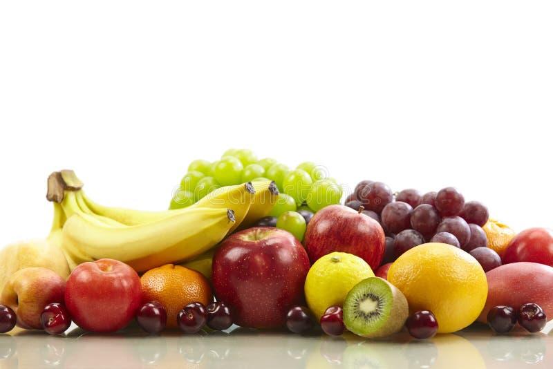 Geassorteerde vruchten op witte achtergrond stock afbeeldingen