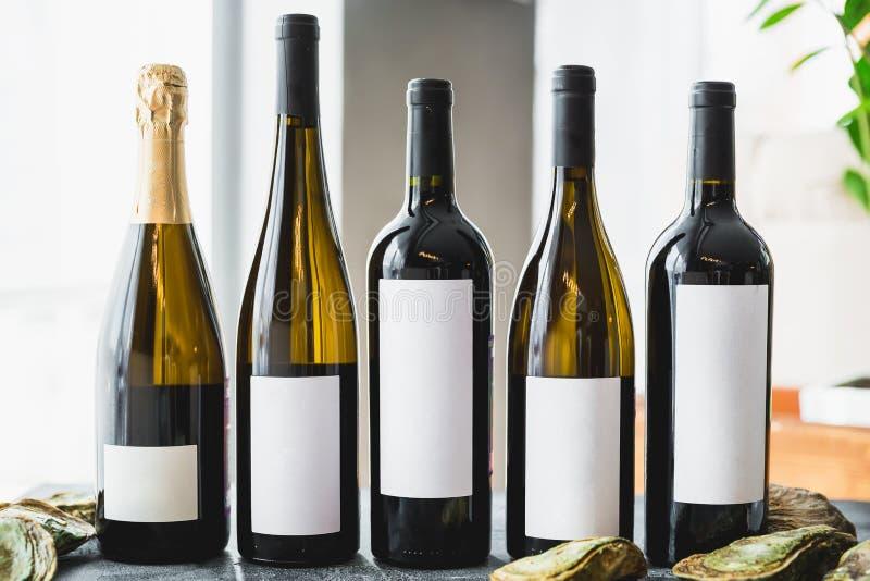 Geassorteerde Wijn in flessen Alcoholische dranken in restaurant royalty-vrije stock afbeeldingen