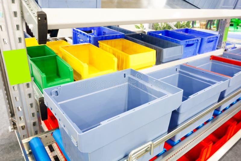 Geautomatiseerd opslagpakhuis met blauwe plastic kratten stock afbeelding