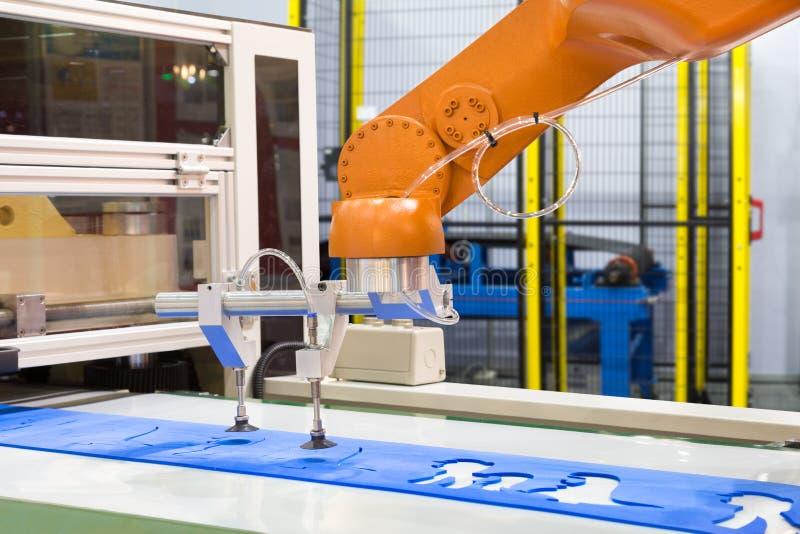 Geautomatiseerd robotachtig wapen het plukken plastiek dat blad in de industrie vormt royalty-vrije stock foto